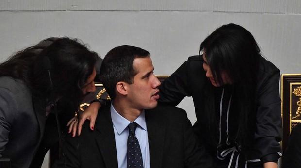 Guaidó habla con miembros de la Asamblea en la sesión de ayer en Caracas