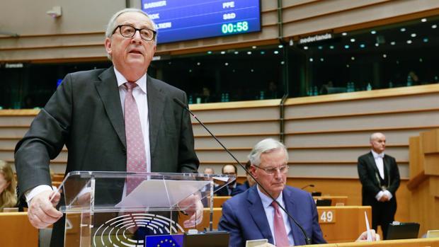 El presidente de la Comisión Europea, Jean-Claude Juncker (i), participa en una sesión plenaria en el Parlamento Europeo en Bruselas (Bélgica)
