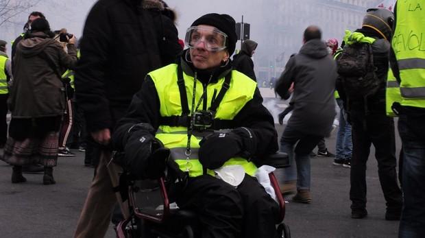 Un chaleco amarillo protesta en las manifestaciones de París