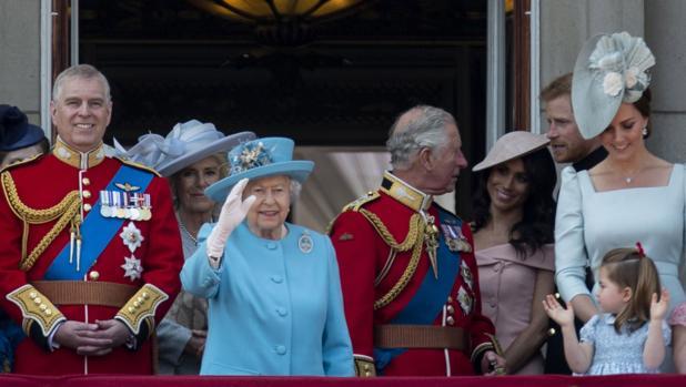 Isabel II, con otros miembros de la Familia Real británica en en balcón del Palacio de Buckinhgham