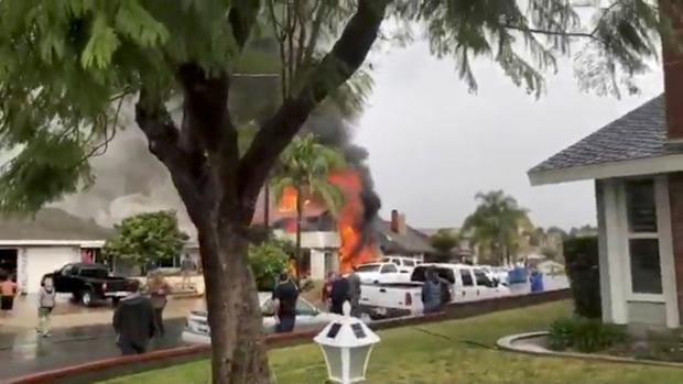 Al menos cinco muertos y tres heridos al estrellarse una avioneta contra una casa en California