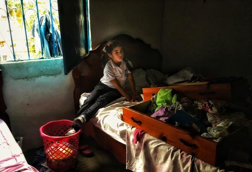 La hija de Mayra Leon revisando sus cosas que fueron violentadas por la policia
