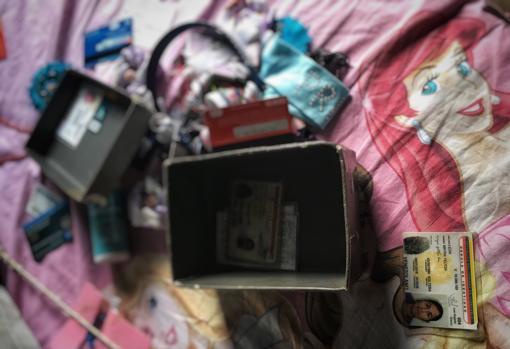 Las pertenencias de Mayra León desordenadas en su cama