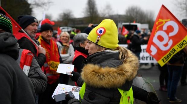 Chalecos amarillos y miembros de la CGT se manifiestan en Rennes