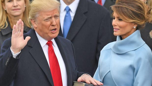 Donald Trump jura como 45 presidente de los EE.UU. en presencia de su mujer el 20 de enero de 2017