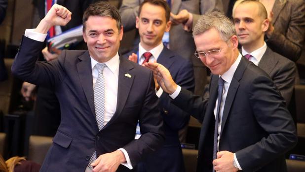 Macedonia firma el protocolo de adhesión a la OTAN