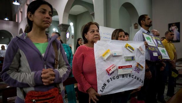 Decenas de enfermos crónicos y sus familiares pidieron en una misa que se celebró en Caracas por la apertura de un canal humanitario