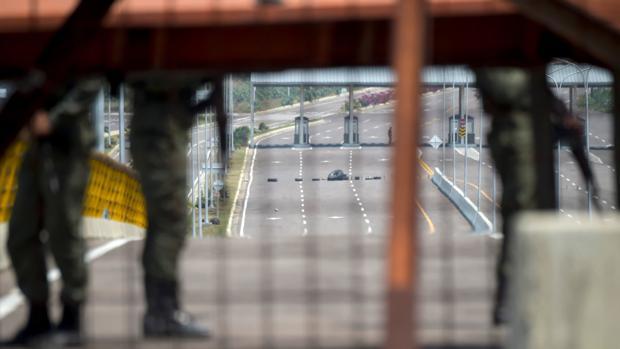 Puente de Tienditas, entre Colombia y Venezuela, que Maduro ha bloqueado para impedir la llegada de ayuda