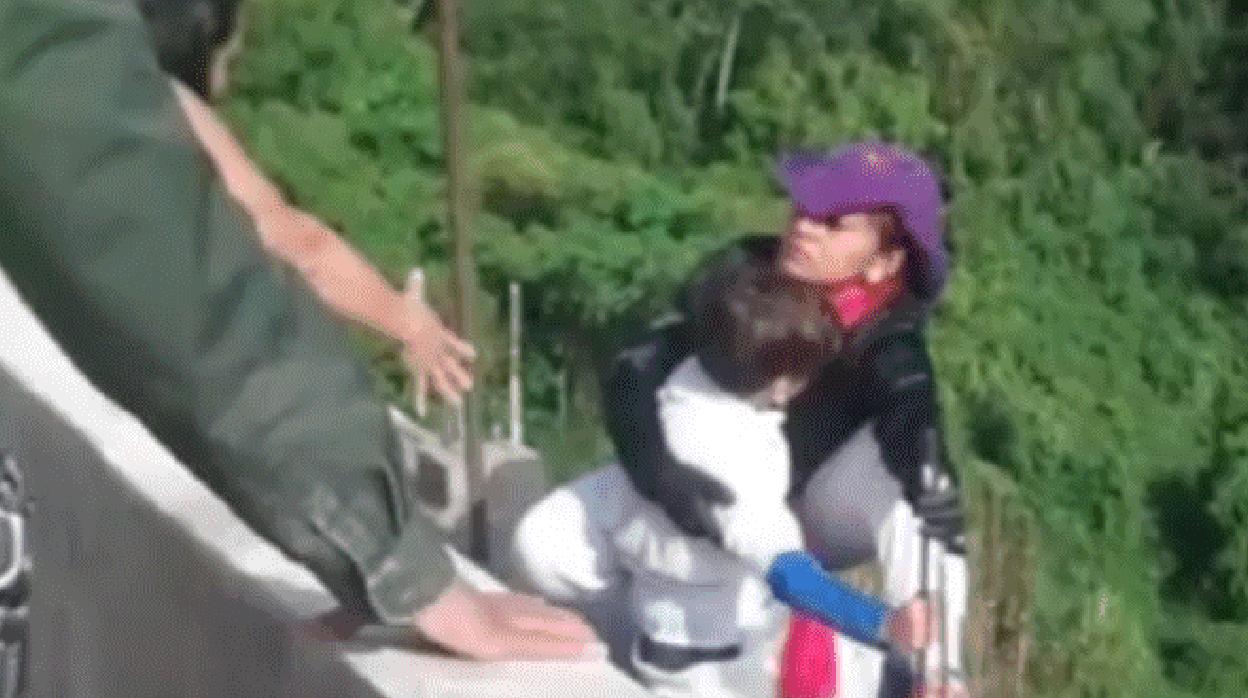 «Mamá, no te tires»: una madre se lanza con su hijo de diez años en brazos desde un puente