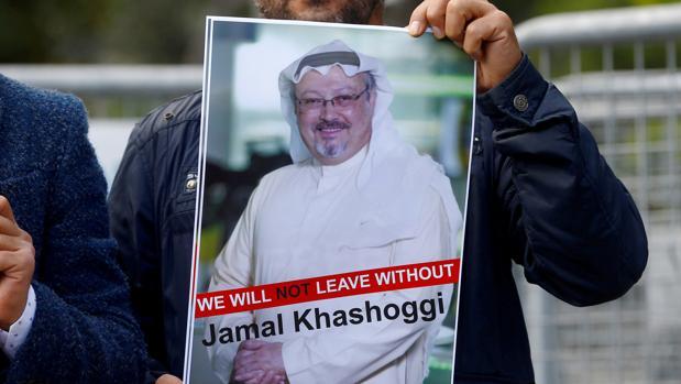 Exhiben un cartel de Jamal Khashoggi en una protesta frente al consulado saudí en Estambul