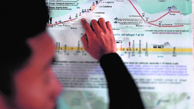 Un emigrante venezolano muestra el mapa de la ruta que los emigrantes siguen durante su éxodo por tierras colombianas