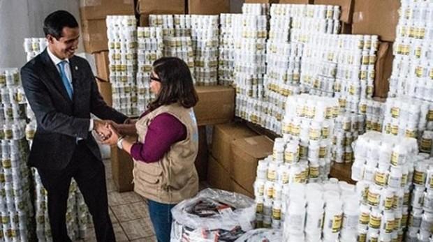 Guaidó supera el cerco de Maduro y entrega la primera ayuda humanitaria