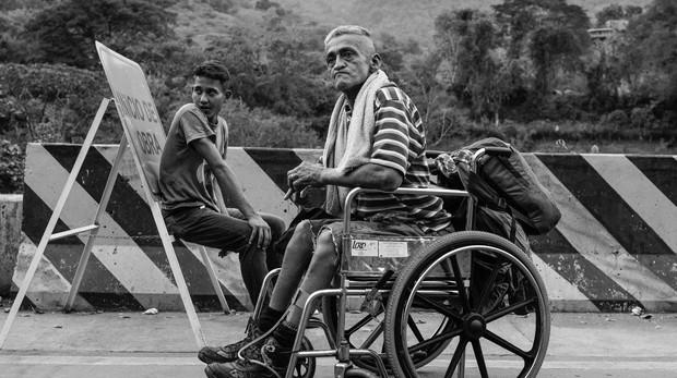 El calvario de un venezolano con discapacidad por las carreteras de Colombia