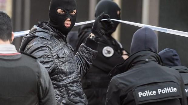 Policía antiterrorista, durante la búsqueda de Salah Abdeslam en Bruselas tras los atentados en París
