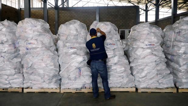 Un voluntario organiza la ayuda humanitaria en Cúcuta