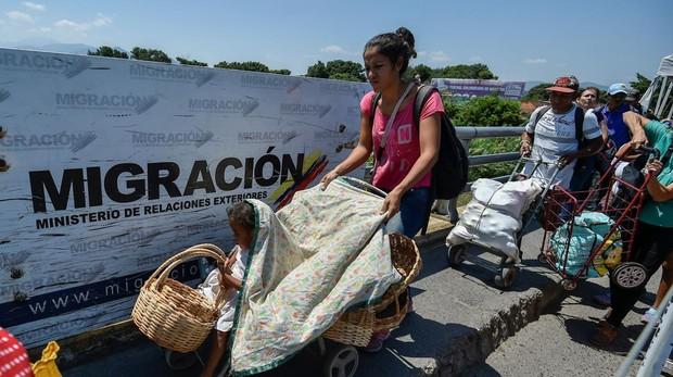 Familias venezolanas cruzan el puente Simon Bolivar, frontera de Venezuela con Colombia