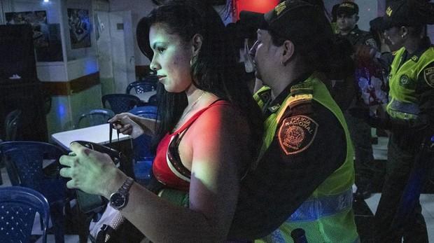 Redada de Policía Nacional de Colombia en los burdeles situados en la zona de tolerancia de la ciudad de Cúcuta. La zona de tolerancia está concentrada en la calle 7 de la ciudad. En ella apenas quedan prostitutas colombianas, todas ellas han sido desplazadas por prostitutas venezolanas que han huido de Venezuela por culpa de la crisis que vive el país.
