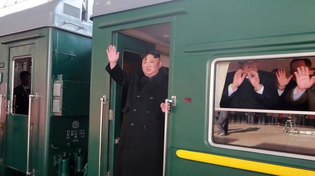 El presidente Kim Jong-un saluda tras subir al tren que le llevará al encuentro con Trump en Hanoi