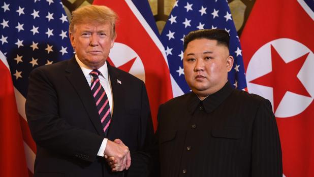 Donald Trump y Kim Jong-un se estrechan la mano este miércoles en Hanói