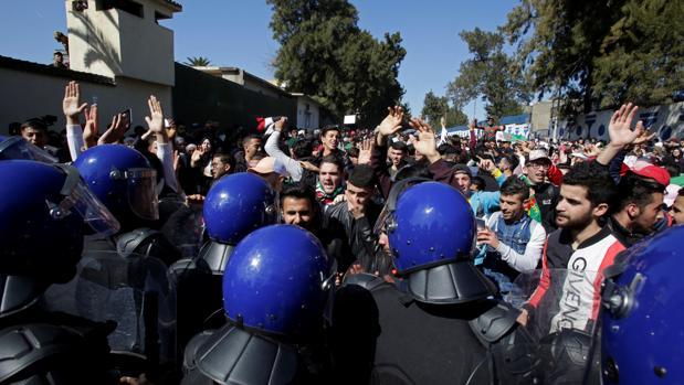 Buteflika presenta su candidatura para un quinto mandato entre nuevas protestas en Argelia