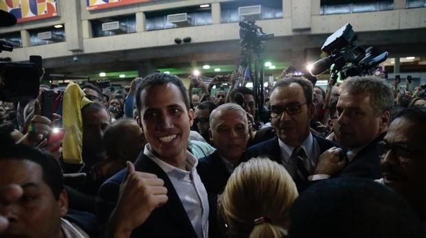 Juan Guaidó llegó a Caracas en un vuelo comercial desde Panamá