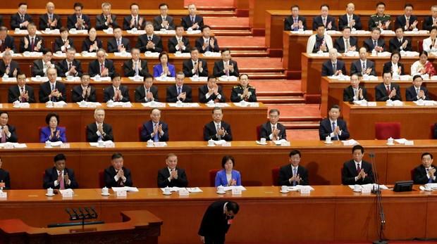 Li Keqiang inclinado durante la comparecencia
