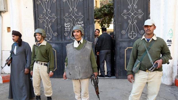 Policías montan guardia en una iglesia copta en Egipto tras un ataque yihadista