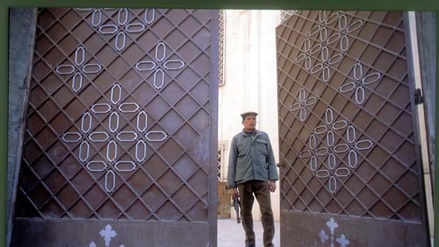 Un soldado vigila la entrada de una iglesia en El Cairo