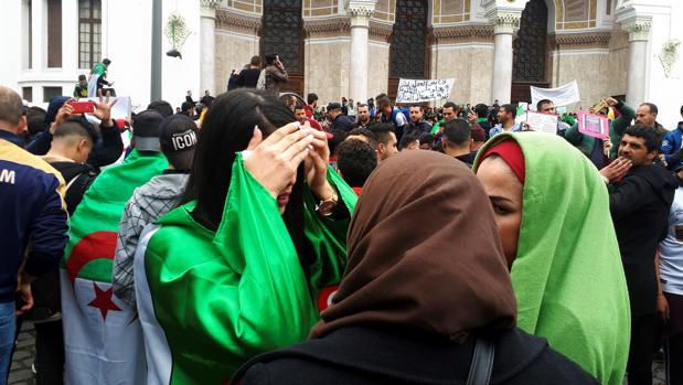 Miles de argelinas protagonizan la protesta contra Buteflika en la capital