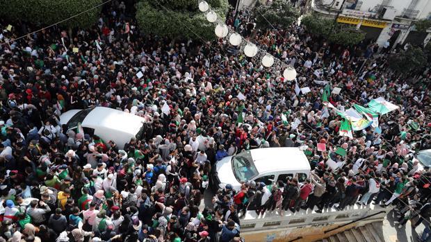 Buteflika regresa a Argel tras 15 días hospitalizado y en medio de protestas