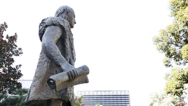 Una estatua de Colón que fue retirada de un parque de Los Ángeles