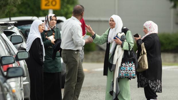 Familiares de víctimas a las puertas de una de las mezquitas atacadas en Christchurch (Nueva Zelanda)