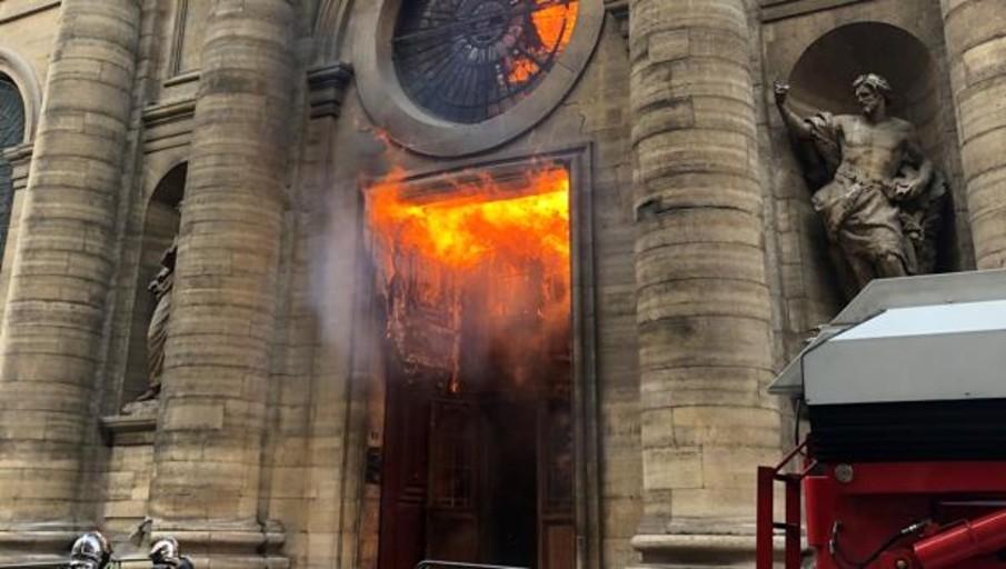 Profanan una docena de iglesias en Francia en los últimos siete días