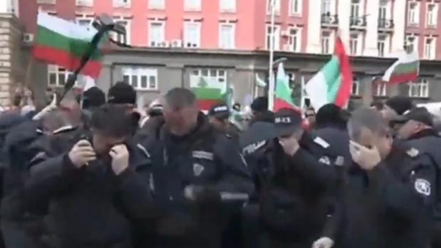 Un policía búlgaro utiliza gas pimienta en una protesta y acaba rociando a sus propios compañeros