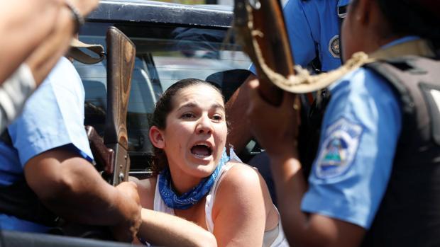 Una manifestante protesta al ser detenida en Managua durante una marcha el sábado pasado