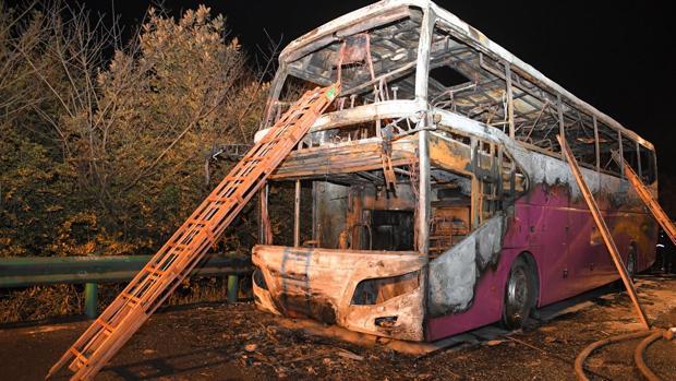 Imagen del esqueleto del autobús tras el incendio