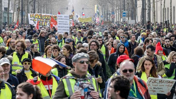 Masiva manifestación de los chalecos amarillos en Francia entre un amplio despliegue policial y militar
