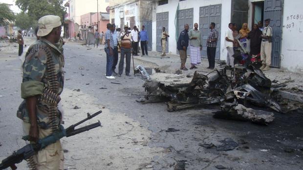 Al menos cinco muertos y quince heridos por la explosión de dos coches bomba en Somalia