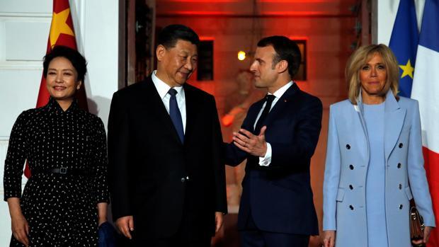 El presidente francés Emmanuel Macron y su esposa Brigitte reciben al presidente chino Xi Jinping y a su esposa Peng Liyuan