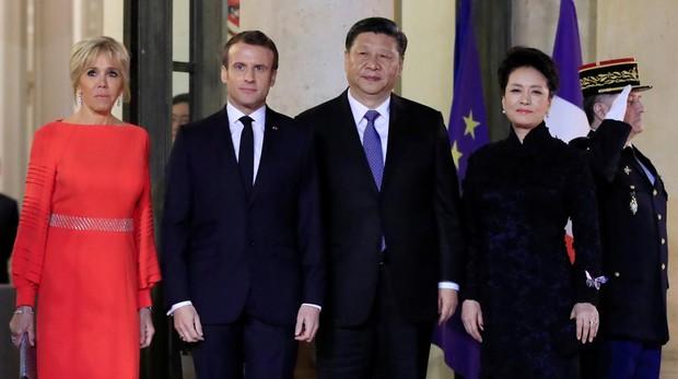 El presidente francés, Emmanuel Macron, y su esposa Brigitte, junto al presidente chino, Xi Jinping ,y su esposa Peng Liyuan, en el Palacio del Elíseo este domingo