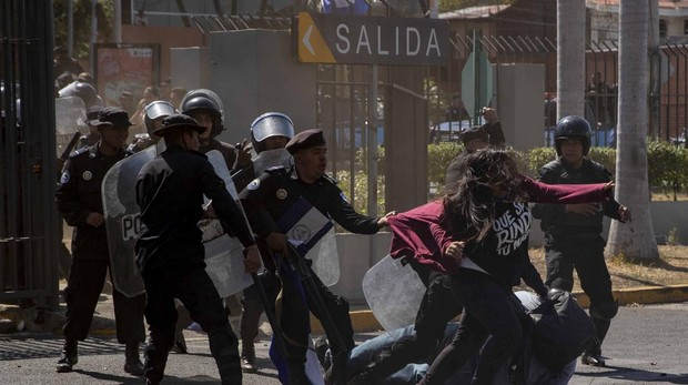 Policías antidisturbios interrumpen una manifestación este sábado, en Managua