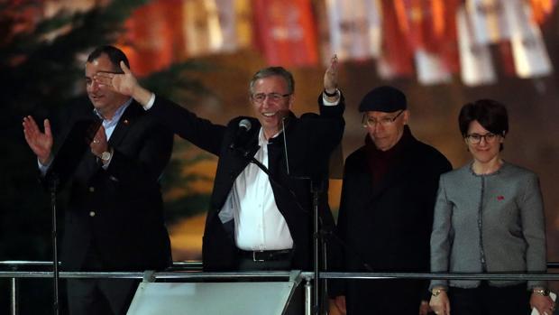 Mansur Yavas, el ganador de la alcaldía de Ankara, saluda a sus partidarios en Ankara
