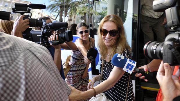 EEUU deniega la entrada a María José Carrascosa y regresa con su hija a Londres