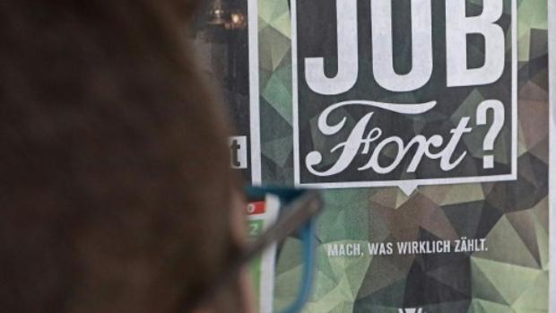 Cartel de publicidad del Ejértcito alemán frente a la fábrica de Ford en Colonia