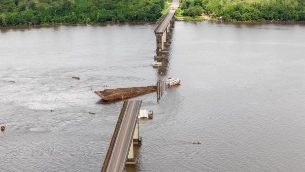 Así ha quedado el puente después del impacto de la embarcación cuando surcaba las aguas del río Mojú