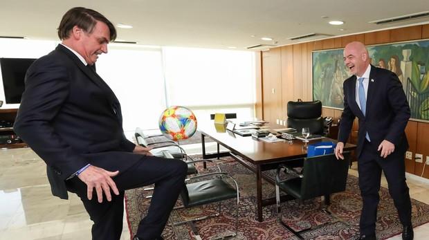 El presidente Bolsonaro juega al balón con el presidente de la FIFA, Gianni Infantino, durante un encuentro en Brasilia ilia,