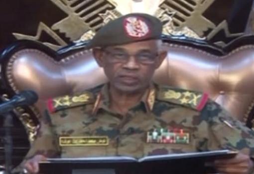 El ministro de Defensa sudanés, Ahmed Awad Ibnouf, anuncia que el presidente Omar al-Bashir fue destituido del poder
