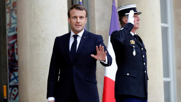 El presidente Macron saluda a la prensa en el Elíseo
