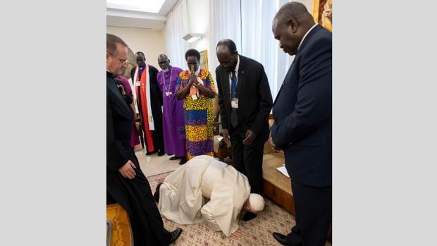 Momento emocionante en el que el Papa besa los pies a los dos exrivales de Sudán del Sur