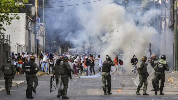 La Policía se enfrenta a manifestantes durante una protesta en Caracas el pasado 23 de enero